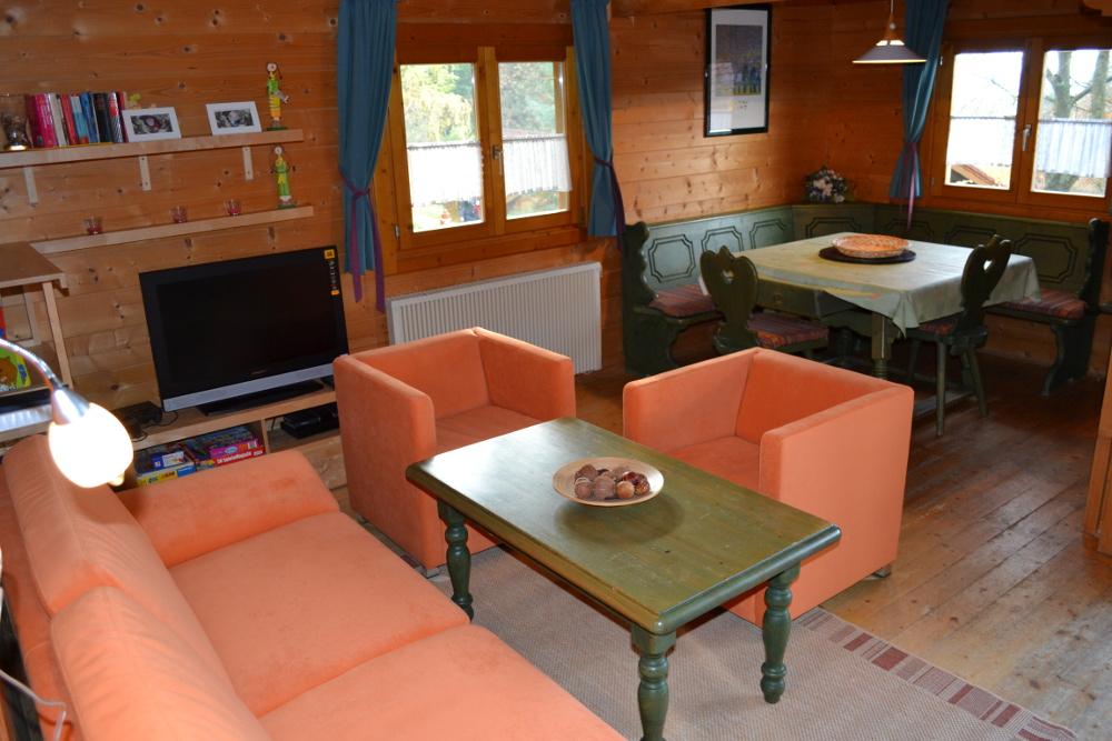 gesamtubersicht vom wohnzimmer mit sitzgruppe und essbereich